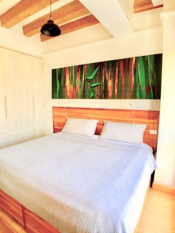 Master bedroom with king size bed, high ceilings / Dormitorio principal con cama de tres plazas, tumbado alto
