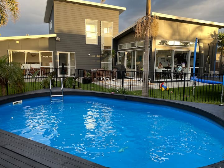 3 bed, 3 bath with pool - close to beach and shops