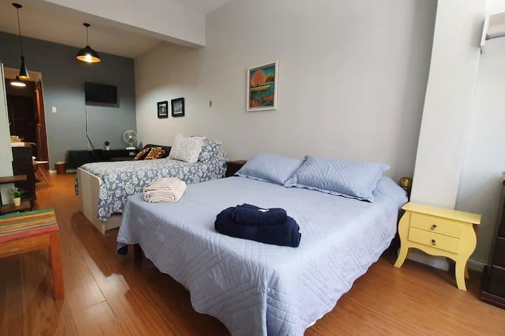 Este é o simpático Loft Copacabana, com uma cama de casal e uma bicama.
