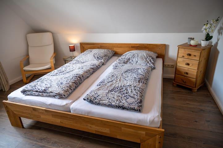 Schlafzimmer mit großem Doppelbett (180x200cm)