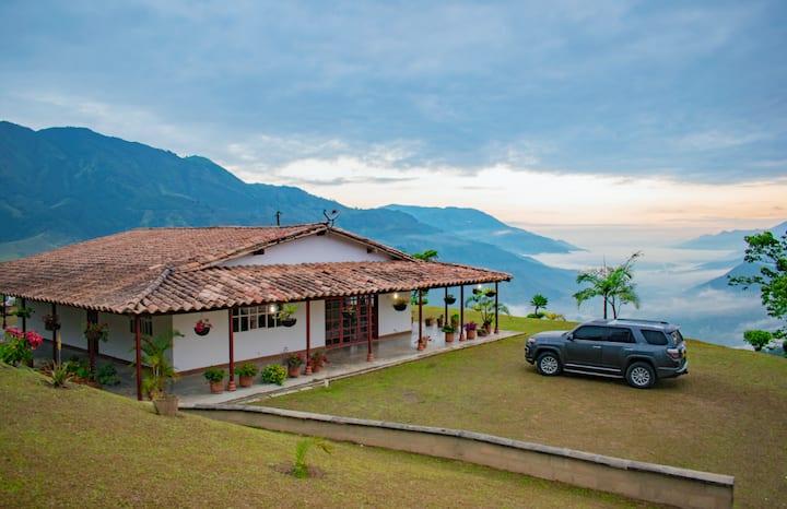Hermosa casa entre las montañas, vista increible!