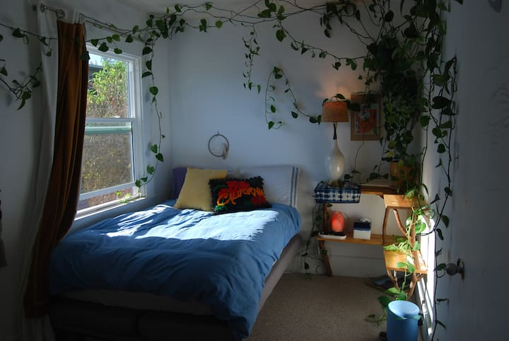 PLANT ROOM: Artistic sanctuary in Emeryville w/dog