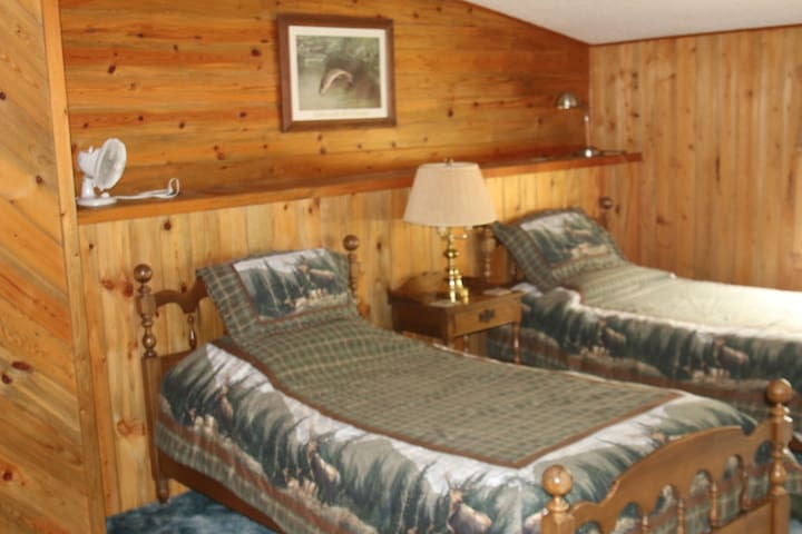 Twin bedroom, also has one single bed in alcove.