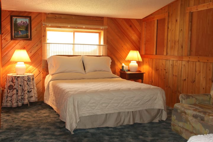 Queen Bedroom with  extra single bed
