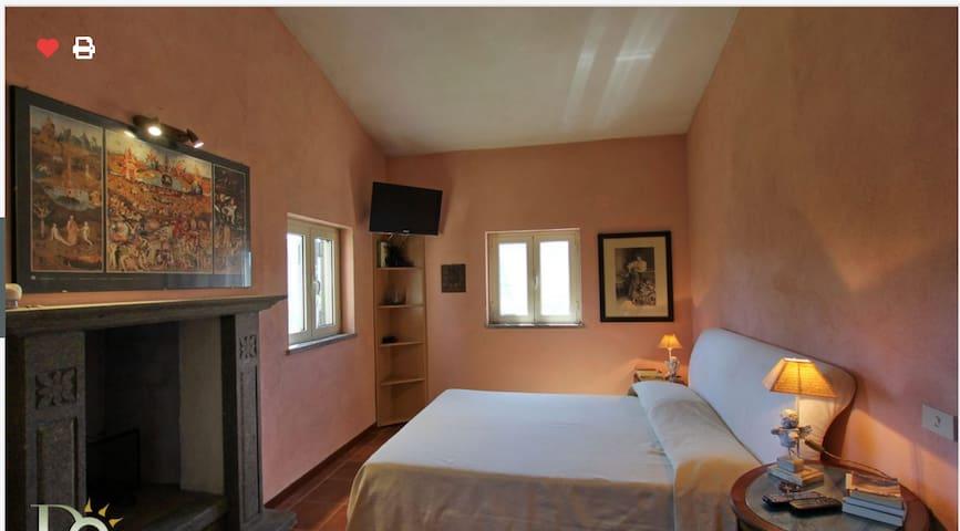 """La camera da letto """"principale"""" con tre finestre sugli uliveti"""
