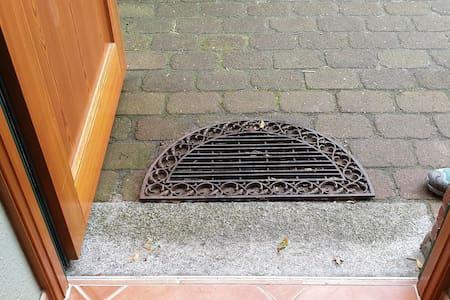 Gusseiserne Fußmatte kann zur Seite gelegt werden. Kleine Schwelle von 2cm und 1 cm bleibt - siehe weiteres Foto.