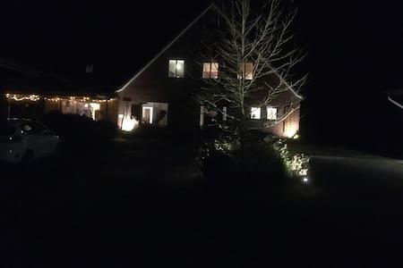 Auffahrt auf den Hof bei Licht
