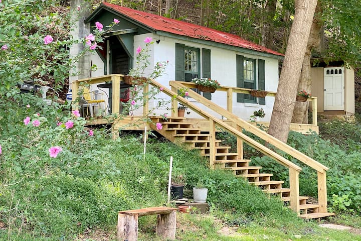 ❤️ Secluded 1940s Romantic Tiny House on the River