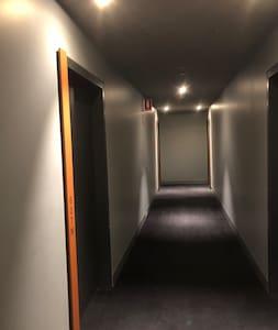 Освещенная дорожка к дверям