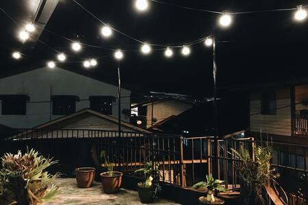 Giriş yolu geceleri aydınlatılır