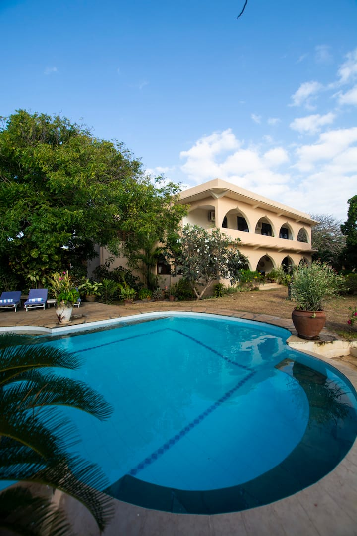★Maweni House - Beachfront, Pool, AC & Cook