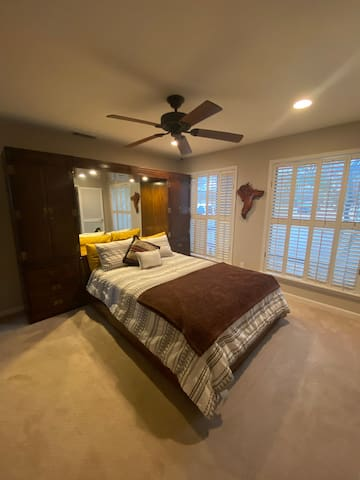 Bedroom 4 with queen size bed and private bathroom