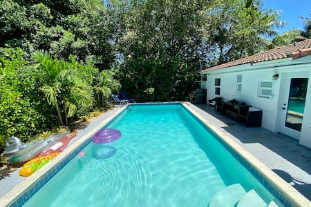 HOUSE WITH POOL, 10 MINS DRIVE TO THE BEACH!