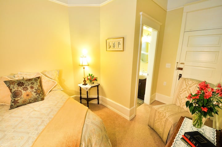 Charming Room Downtown with Private Bath