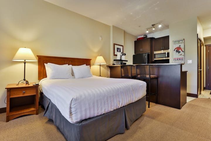Studio at Silver Rock with AC and a full queen bed