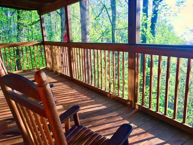 LAZY DAYS Cabin 2Decks View HotTub Wifi Pool Gated