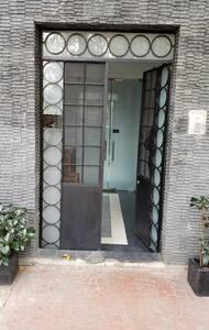 La puerta de entrada es ancha