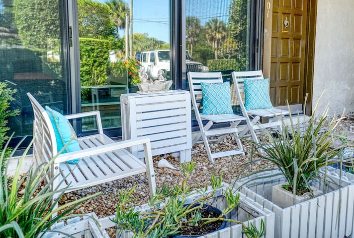 Entire Standalone Villa,1.2k sf,1 block Lido Beach