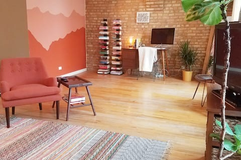 ✨Spacious Centrally Located West Loop Loft✨