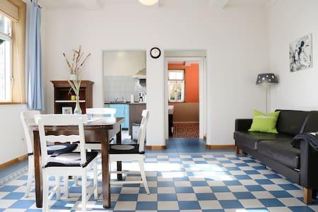 Ferienwohnung Gartenblick: Blick auf Wohnbereich, Küche und Bad; zum Schlafzimmer führt eine kleine Stufe, der Eingang zur Wohnung ist barrierefrei