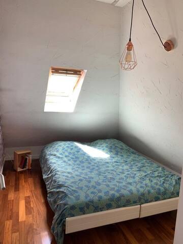 La chambre parentale - Lit double + armoire - est une pièce à part en bas, à l'entrée de l'appartement.