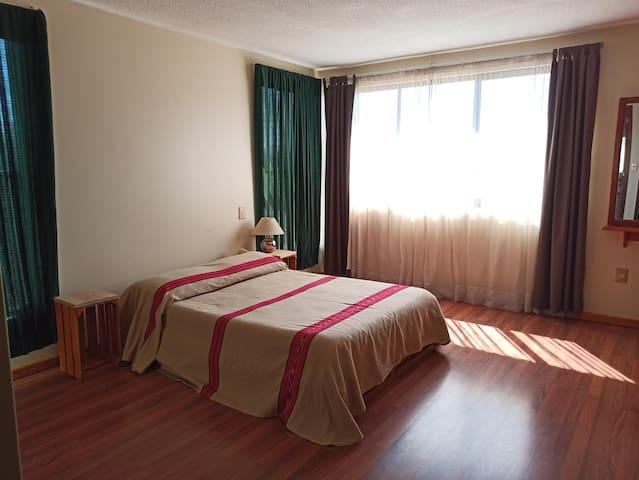 Recamara 1 en planta alta  Cama matrimonial, closet y baño privado.