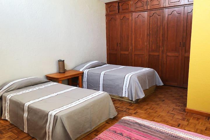 Recamara 3 planta alta 3 camas individuales, closet. Baño completo fuera de la recámara.