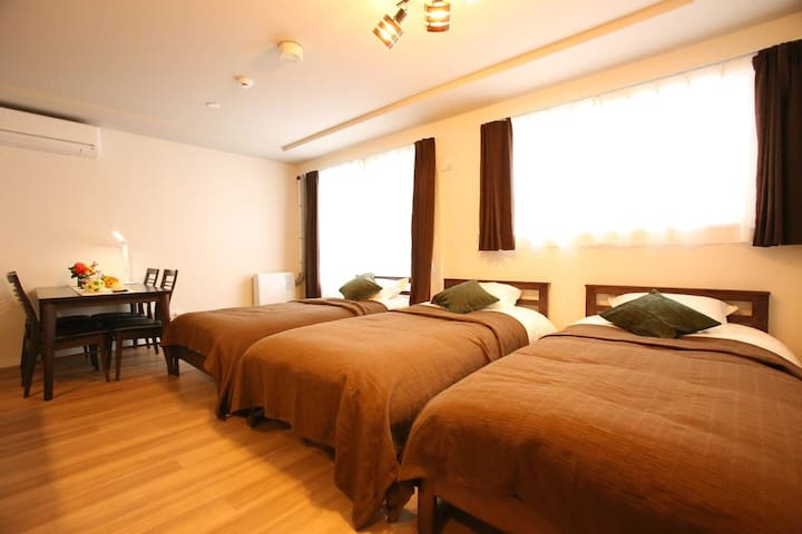 1st Room (at 1st floor) with 3 single bed, small dinning table and small kitchen bar. 第1房间(第1层)具有3张单人床、小的餐桌和小的厨房台。
