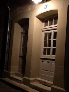Die Eingangstüre ist Kind 81 cm breit Stufen müssen überwunden werden