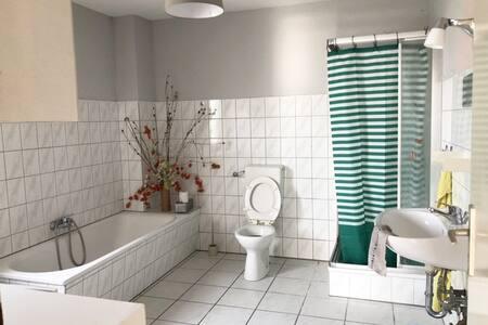 Die Tür zum Bad ist mindestens 81cm breit. Mitgeführte Hilfsmittel sind gut unterzubringen.