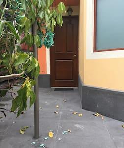 Es la entrada a la habitación, no hay ningún escalón desde el auto hasta la habitación