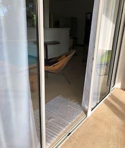 On peut accéder au logement en rentrant par les baies vitrées ouverture de 2,50m et par la porte de la cuisine