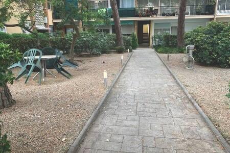 Entrada privada al espacio común de los apartamentos. El camino hacia la puerta de la entrada al edificio, donde se encuentra el apartamento