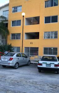 Entrada principal con reja de acceso, escalones al segundo nivel.