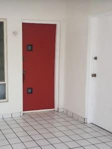 La puerta blanca es la entrada a la habitacion