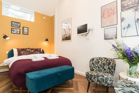 Lovely ground floor studio with private entrance