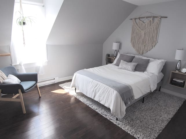 Executive bedroom: double bed.