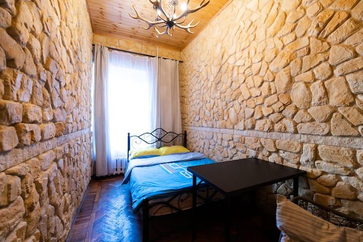 Каменная комната в центре города