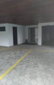 Acesso ao prédio (entrada garagem). Área comum inteira plana