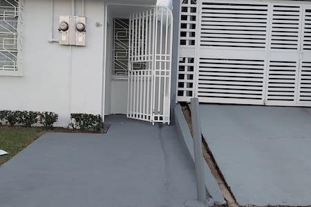 段差のない玄関アプローチ