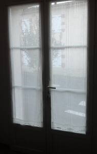 Acces direct depuis le trottoir . Porte fenêtre à double battant