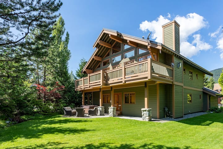Spacious Family home with Private Hot Tub & Garage