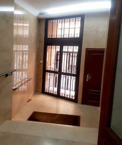 Hay unos 4 peldaños de escalera hasta la salida y entrada al portal. Despues hay un ascensor con capacidad para 5 personas.