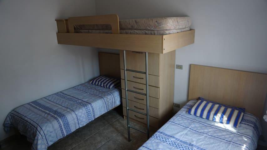 Quarto 2. Com três camas.