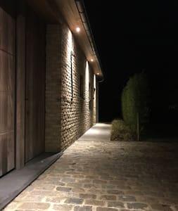 Caminho bem iluminado até à entrada