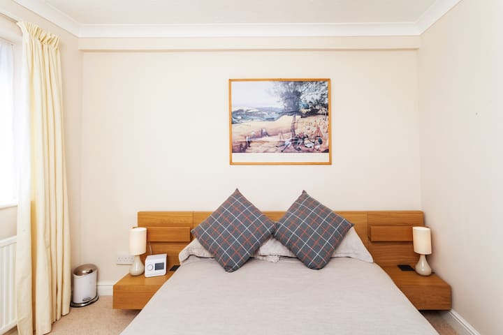 Contemporary double-bedded guest room