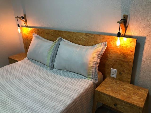 Quarto 1 - cama de casal, TV, mesa para trabalho e ar condicionado.