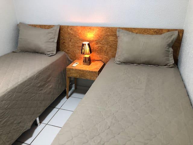 Quarto 2 - duas camas de solteiro ou uma cama de casal, ar condicionado.