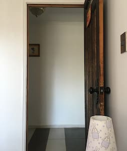 El ancho de la puerta cuenta con las medidas exigidas