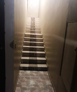 Acceso para subir al apartamento, escalones con iluminación y apagador al inicio y final de las escaleras. Access to the apartment, steps with lighting and switch at the beginning and end of the stairs